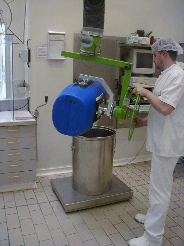 Vacuum manipulators in chemical and pharmaceutical industry